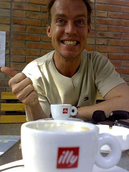 17-il-a-enfin-eu-son-cafe.jpg