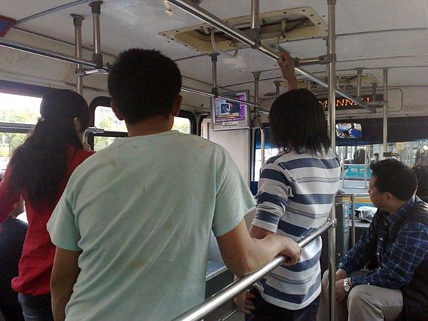 20-earthquake-news-on-the-bus.jpg